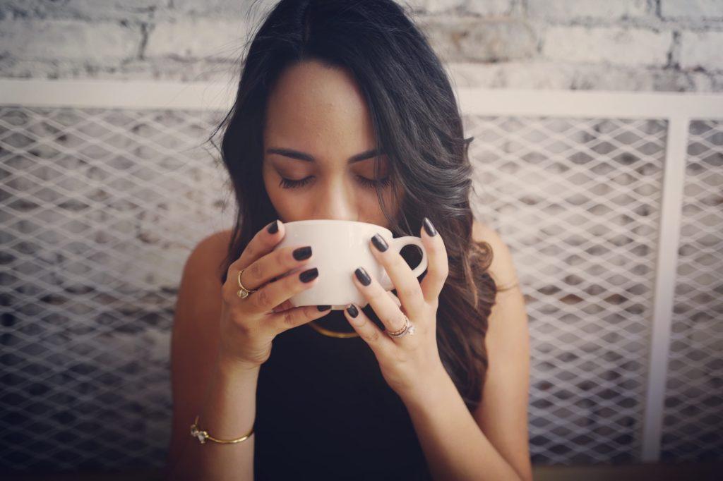 紅茶を飲む人